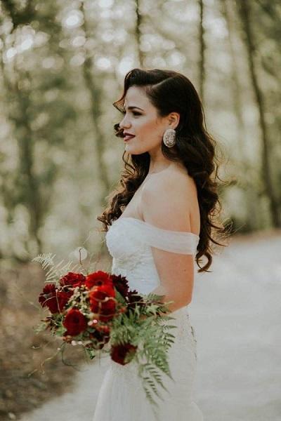 Bruid met statement oorbellen