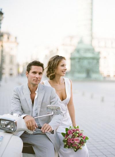 Bruidspaar op scooter in Parijs