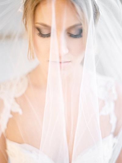 Bruid met sluier voor haar gezicht