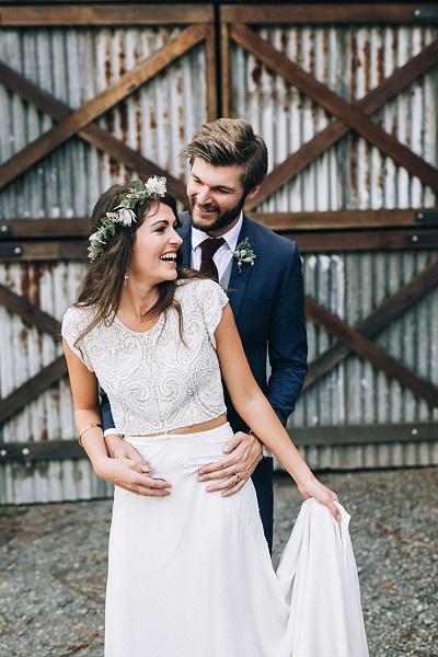 Bruidegom en bruid met two piece trouwjurk