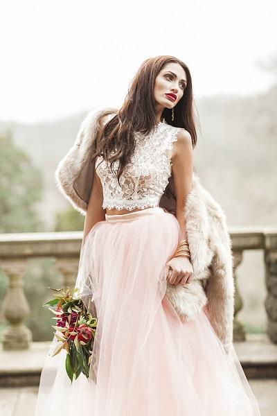 Bruid met roze two piece trouwjurk