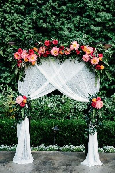 Backdrop met witte gordijnen en bloemen