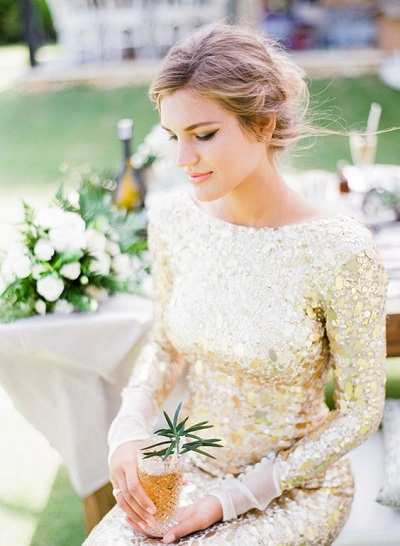 Bruid in gouden trouwjurk