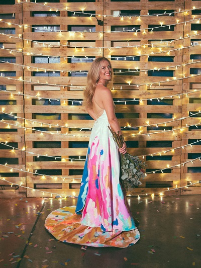 Bruid met kleurrijke trouwjurk