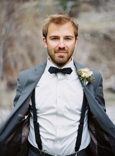 Bruidegom in pak en overhemd