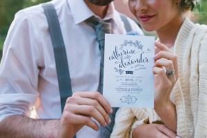 Bruidspaar met uitnodiging