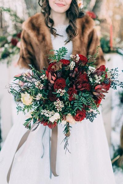 Winter bruid met bruidsboeket