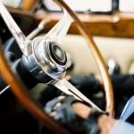 Chauffeur in trouwauto