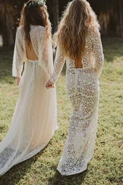 Twee bruiden met doorschijnende trouwjurk