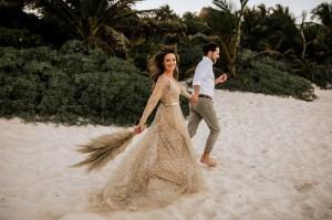 Bruidspaar op het strand