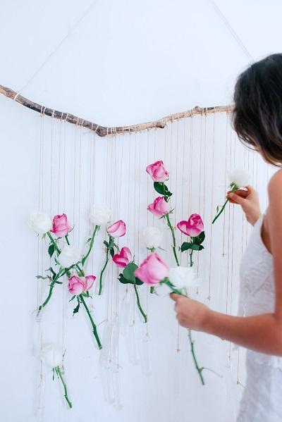 Witte en roze rozen worden opgehangen