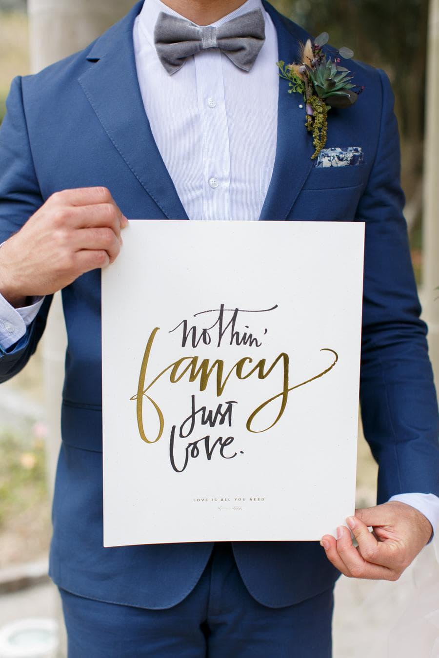 Bruidegom met bruiloft quote in zijn handen