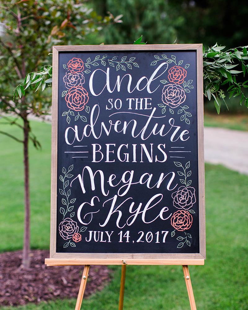 Krijtbord met sierletters als welkomstbord bruiloft