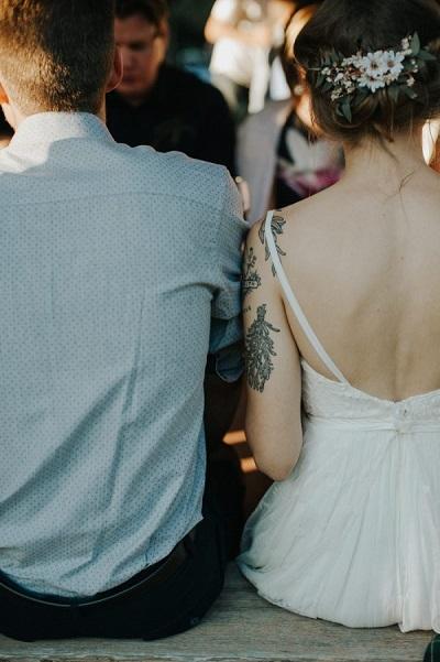 Bruid met tatoeages op arm