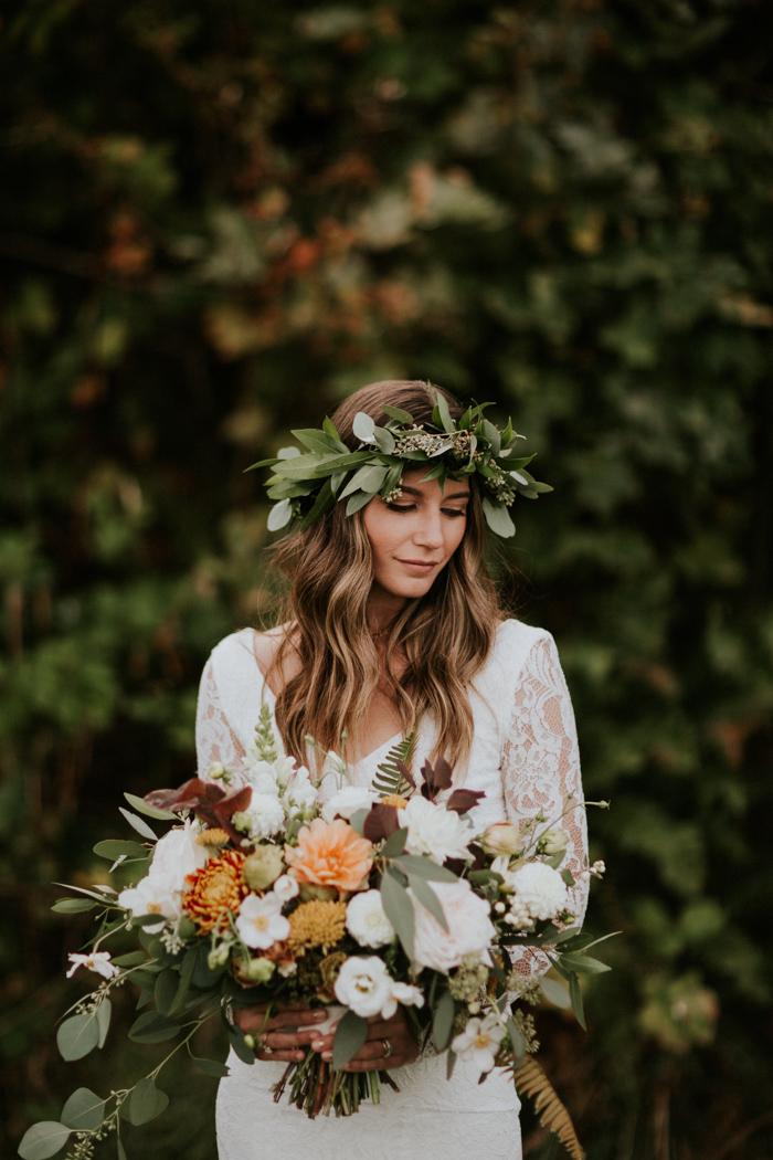 Bruidskapsel met los haar een bloemenkrans