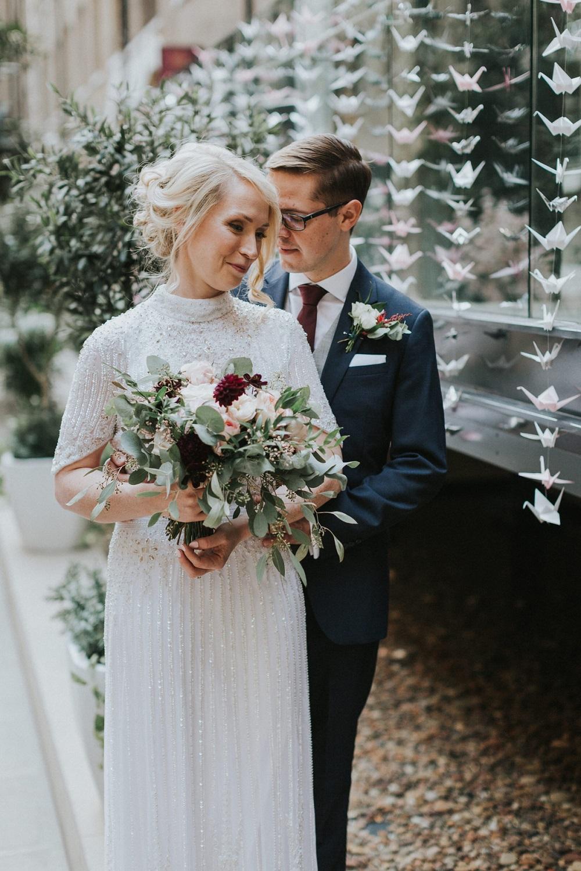 Bruidspaar met kraanvogels op de achtergrond