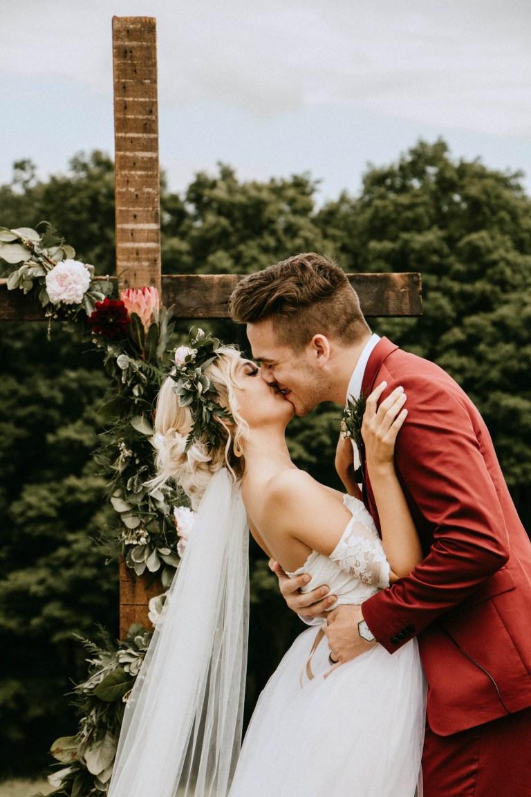 Bruidegom met rood trouwpak
