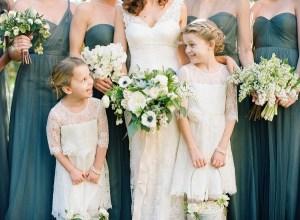Bruid samen met belangrijke gasten op foto