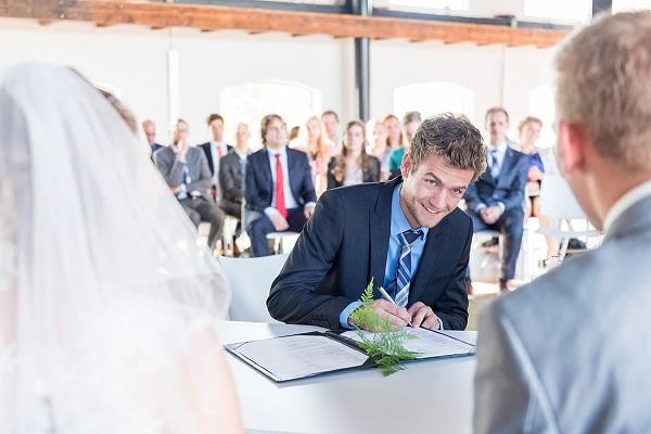 Getuige zet handtekening