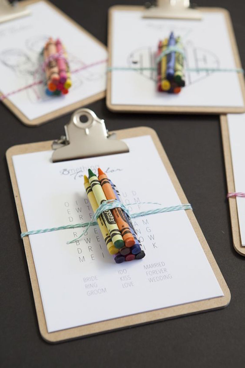 Pakketje met een kleurplaat voor de bruiloft en krijtjes