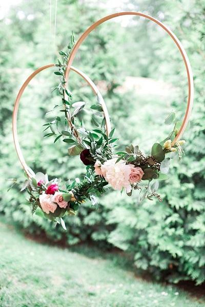Hangende cirkels met bloemen