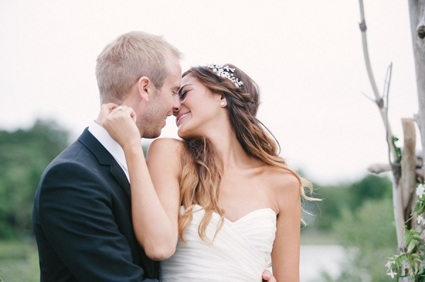 Bruid geeft kus aan bruidegom