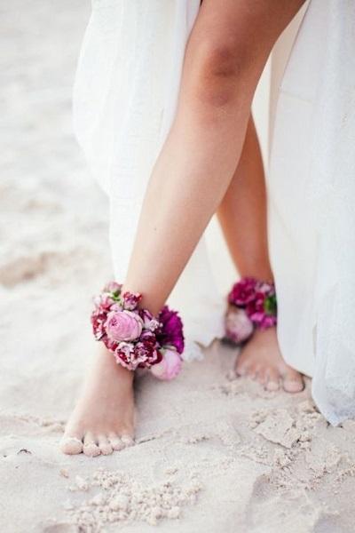 Bruid op blote voeten met bloemen