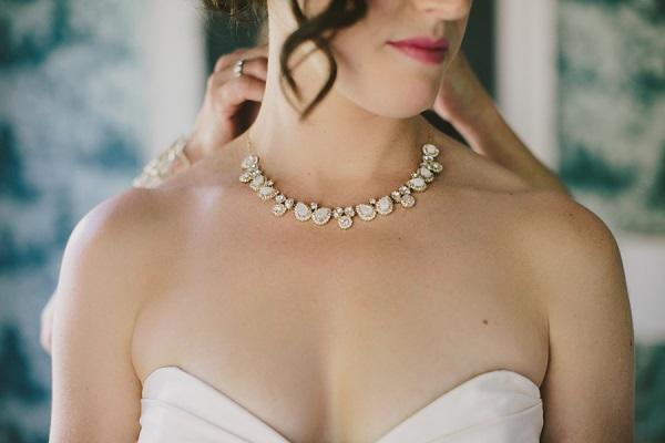 Bruid doet bruidssieraden om