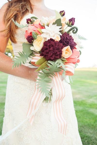Bruid met bruidsboeket met vilten bloemen