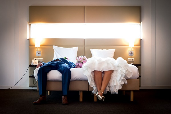 Bruidspaar op het bed