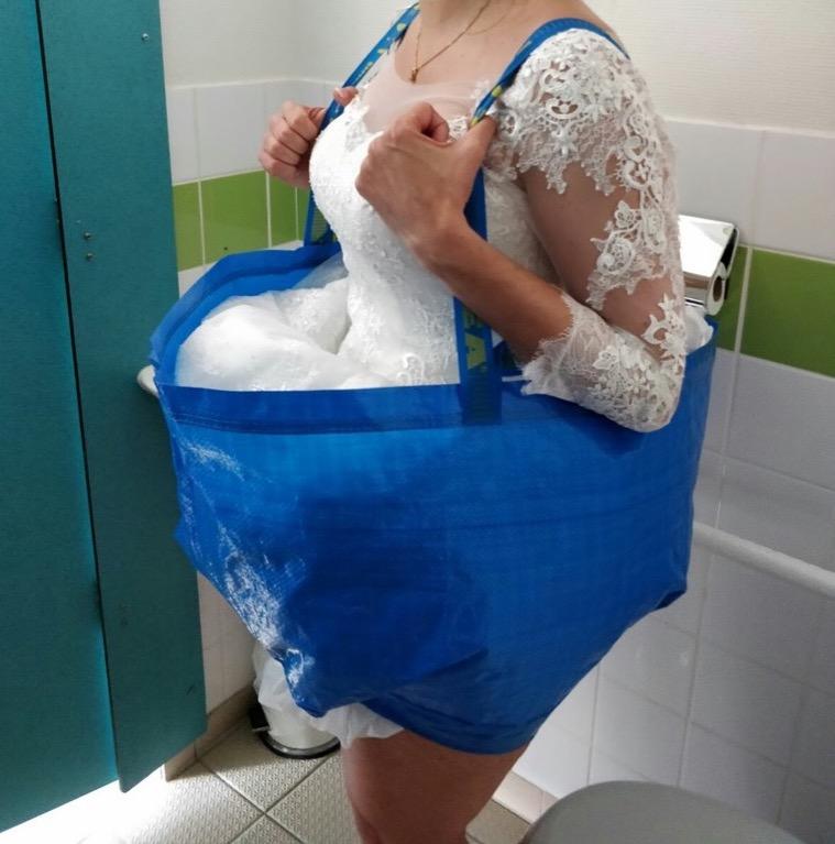 Bruid op het toilet in IKEA tas
