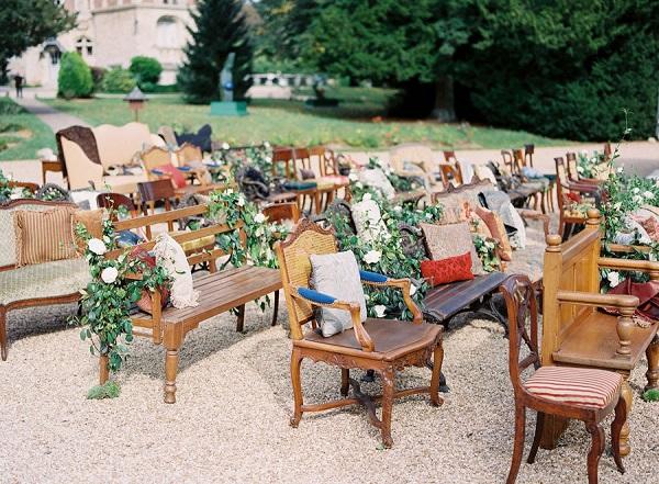 Vintage stoelen bruiloft ceremonie