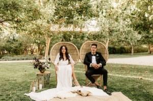 Bruidspaar op stoelen tijdens ceremonie
