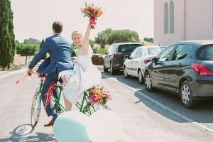 Bruidspaar op fiets gefilmd door videograaf