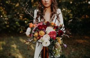 Bruid met gekleurd bruidsboeket