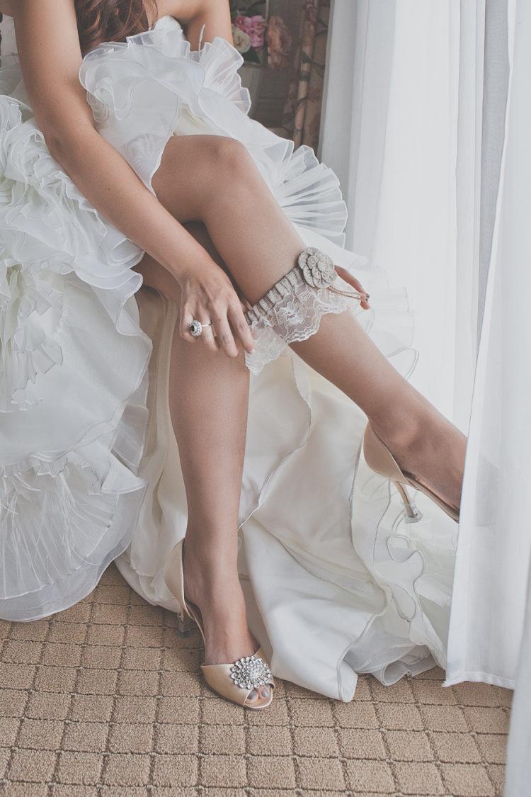 Bruid trekt kousenband aan