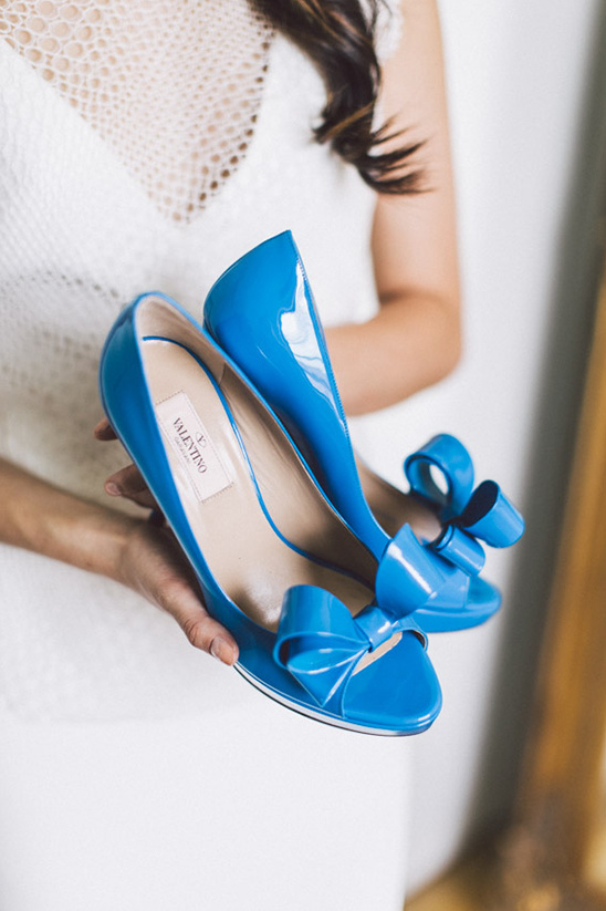Bruid met blauwe trouwschoenen