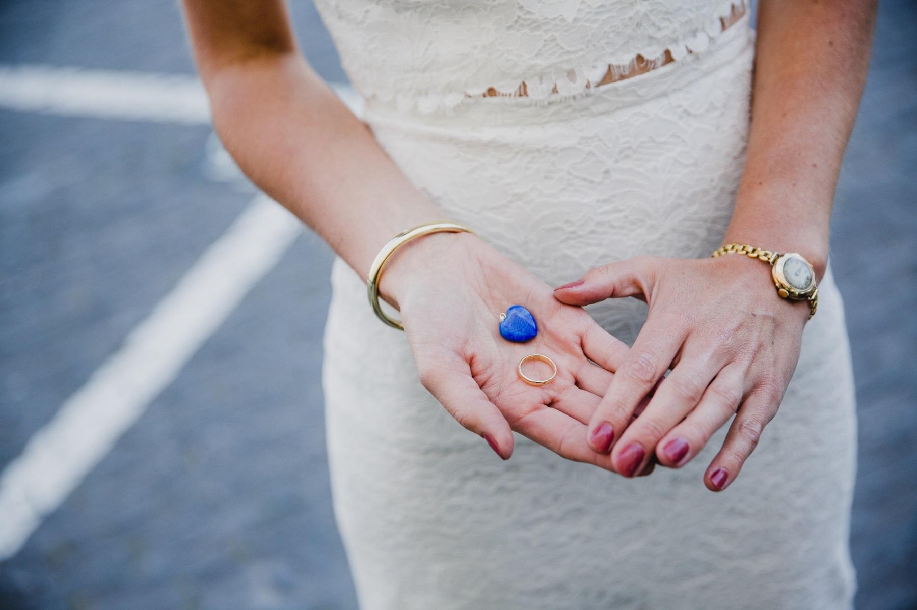 Bruid met een something blue in haar handen