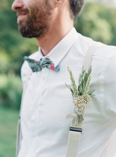 Bruidegom met bretels en strik