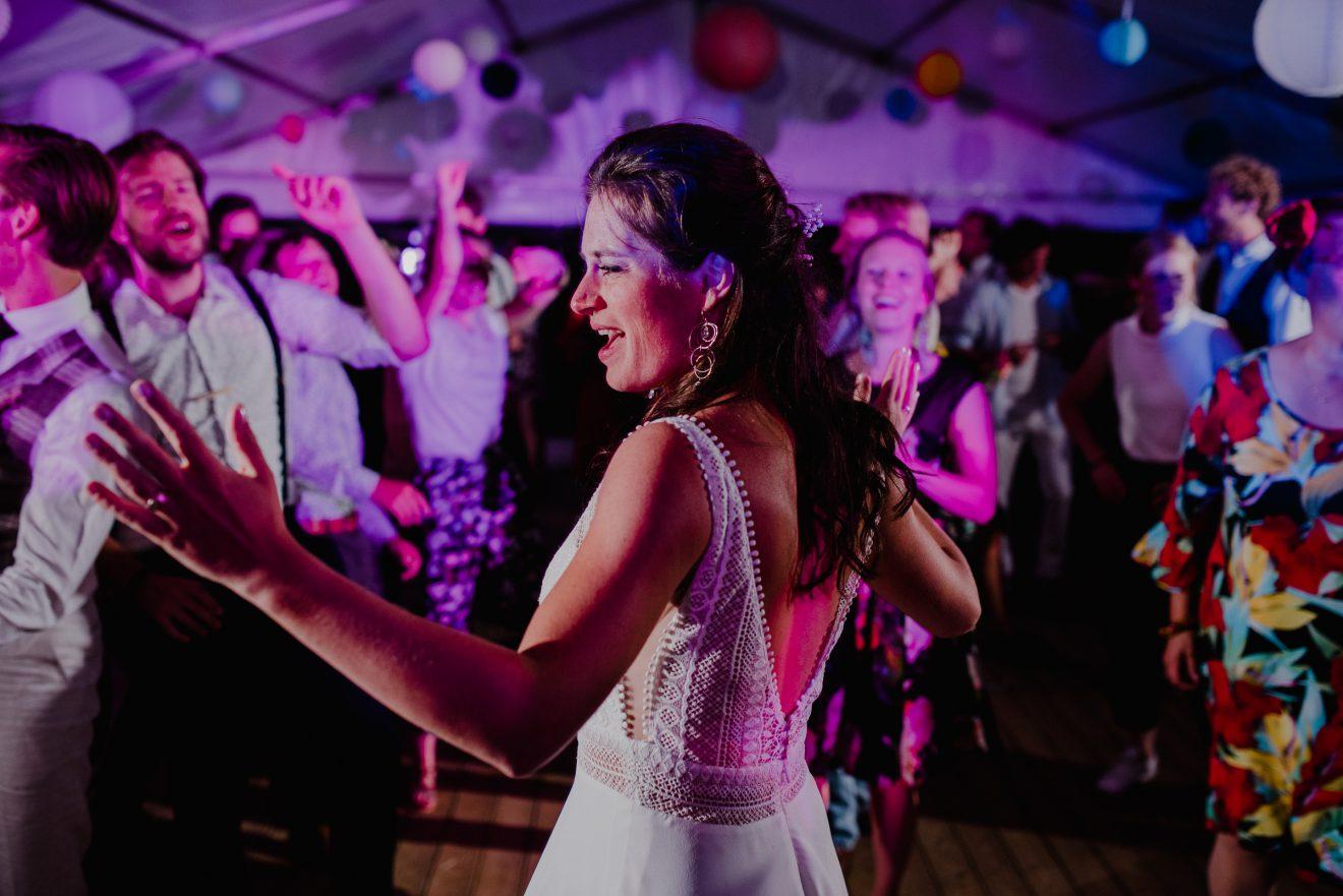 Dansende bruid op het trouwfeest