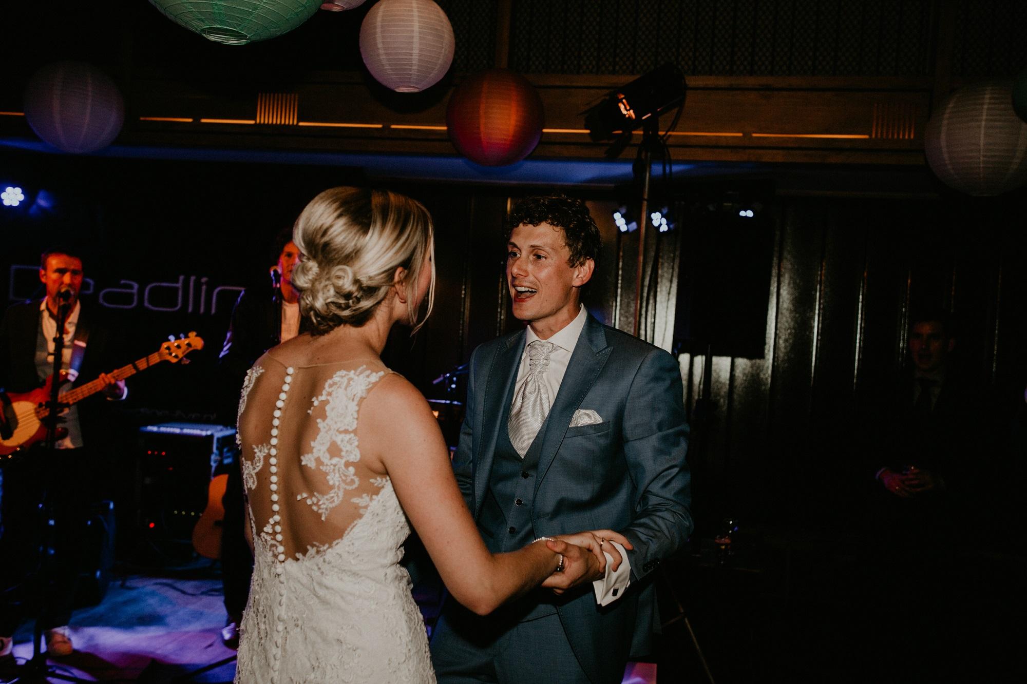 Band op bruiloft tijdens trouwfeest