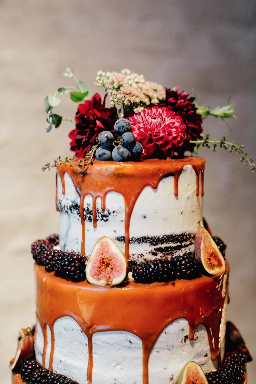 Druipende bruidstaart met vers fruit