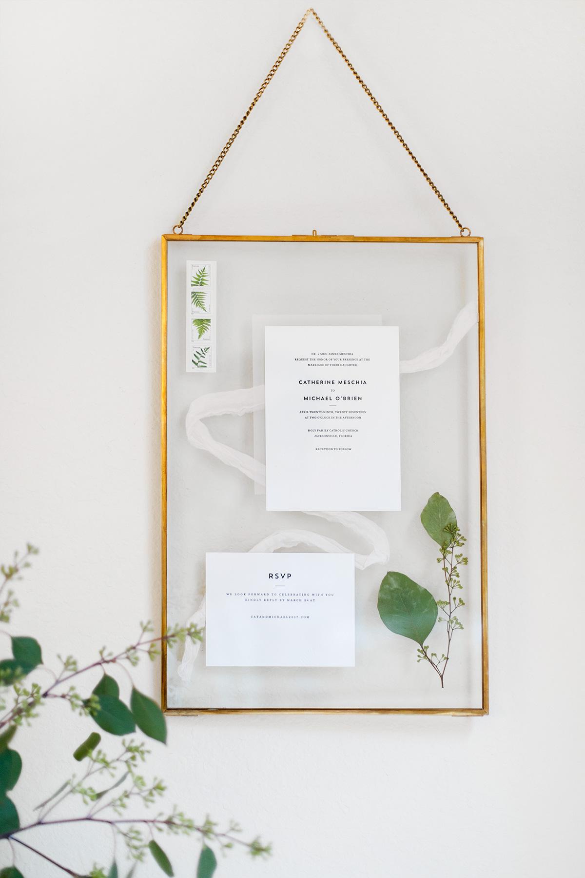 Bruidspaar verrassen met hun ingelijste trouwkaart