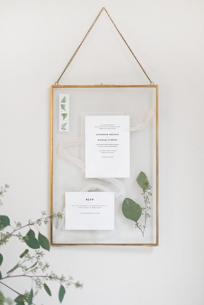 Bruidspaar verrassen met ingelijste trouwkaarten