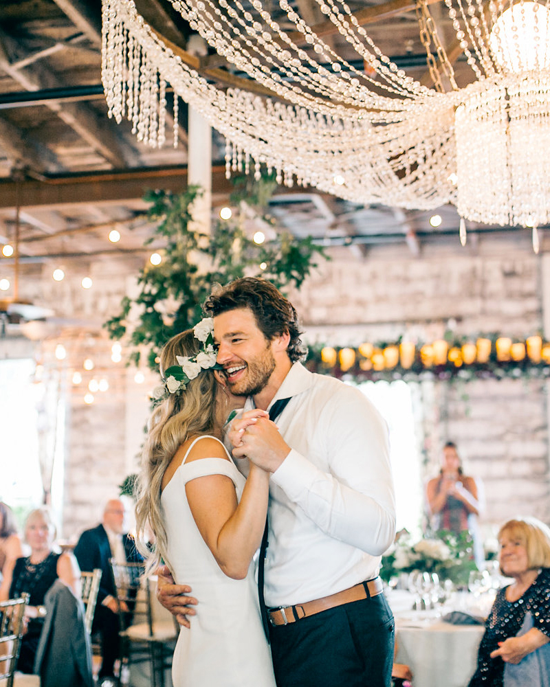Bruidspaar tijdens openingsdans bruiloft