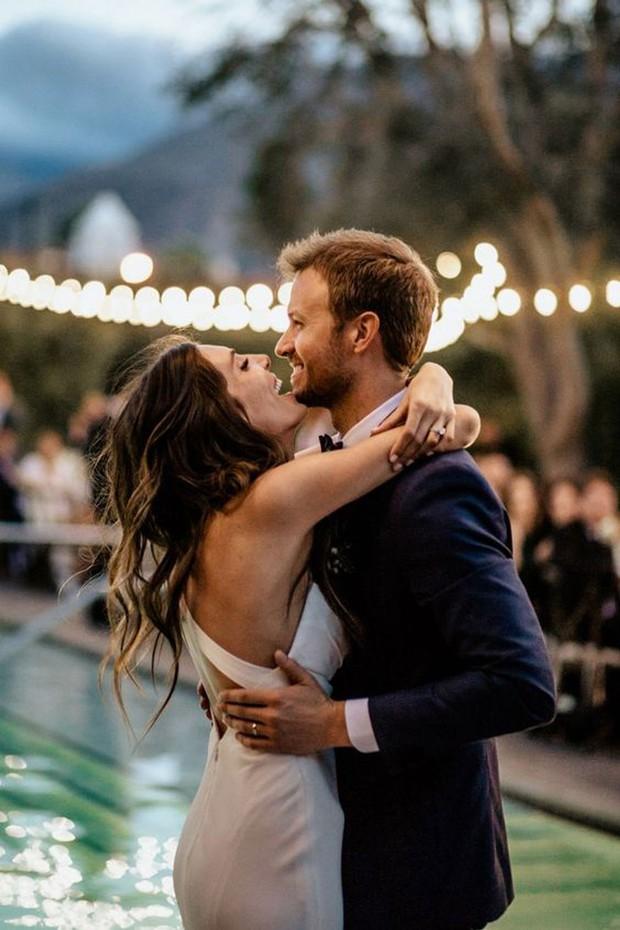 Bruidspaar tijdens eerste dans trouwfeest