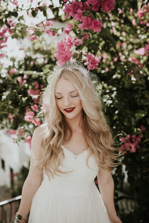 Bruid met birdcage veil in haar haar
