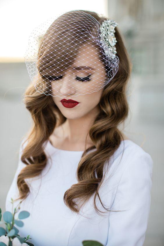 Bruid met birdcage veil en rode lippen