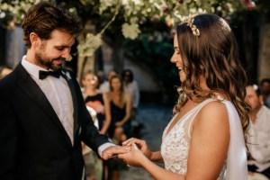 Ringen uitwisselen tijdens ceremonie