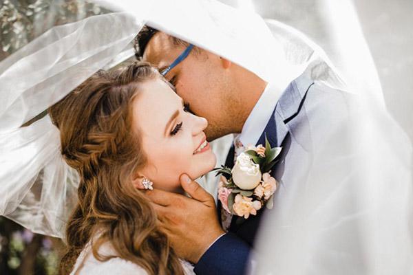 Bruidspaar onder de sluier